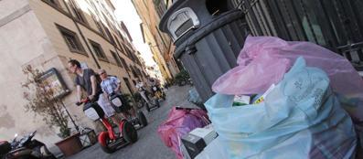 Rifiuti in attesa di raccolta nel centro di Roma (Jpeg)