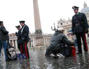 Controlli di sicurezza in Vaticano (Lapresse)