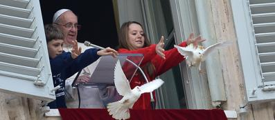 Papa francesco affida ai bambini le colombe della pace in - Finestra del papa ...