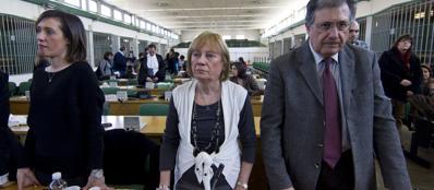 Ilaria Cucchi assiste con i genitori alla lettura della sentenza per la morte del fratello Stefano (Ansa)