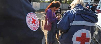 Personale della Croce Rossa in un campo rom (Proto)