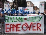 Striscioni contro il governo (fotogramma)