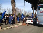 I manifestanti tornano ai pullman dopo la protesta