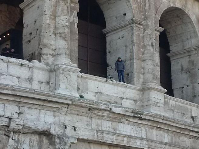 Minaccia di gettarsi dal Colosseoper protesta contro Tronca| Live
