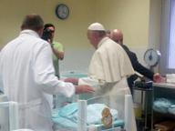 Papa, visita a sorpresa ai neonati ricoverati all'ospedale San Giovanni