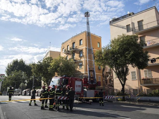Palazzo crollato, l'ira degli inquilini «sgomberate case sbagliate»  Video