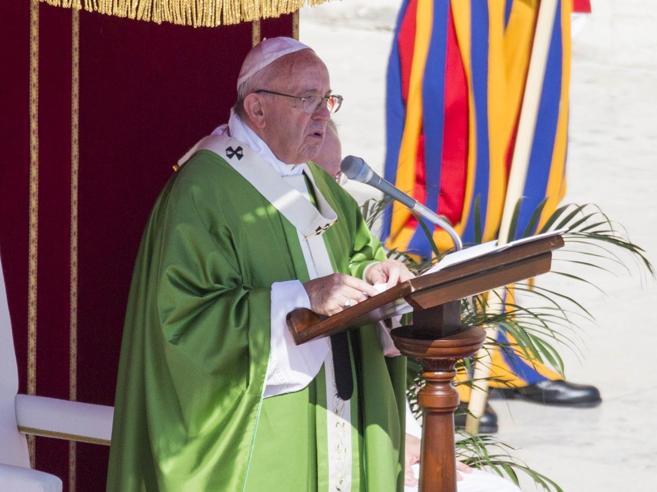 Il Papa ai catechisti: non irrigidirsi su doveri morali, Dio ci ama come siamo