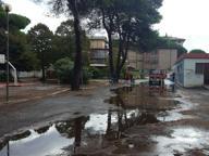 Ostia, trombe d'aria e allagamenti Traffico in tilt, evacuata una scuola