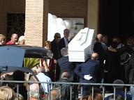 Maccarese, i funerali del bimbo annegati: lacrime e palloncini bianchi