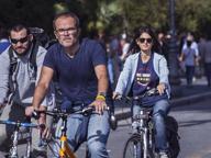 Raggi (e il marito) in bici ai Fori per dare il via alla Granfondo per Amatrice