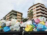 Dai Parioli a Prati, l'assedio dei rifiuti Cassonetti stracolmi in tutta Roma