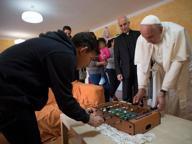 Il Papa visita una casa famiglia: con i ragazzi musica rap e leccalecca
