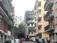 Via della Farnesina, incendio in un appartamento: palazzina evacuata