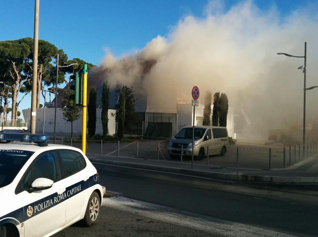 In fiamme l'Auditorium  degli sprechi  (mai aperto)La diretta  video  da Roma