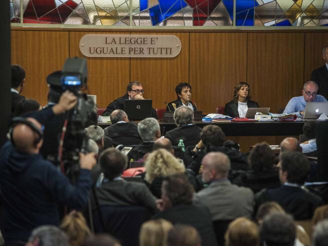 Mafia Capitale, appalti truccati e tangenti: «24 a giudizio»