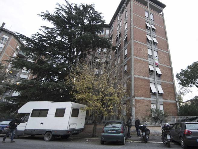 San Basilio, residenti in piazza:«Fuori i negri dagli alloggi Ater»