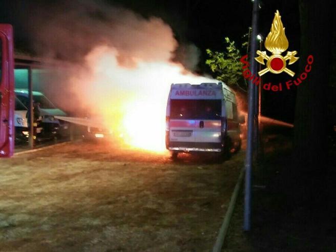 Roma: incendio alla Croce Rossanella sede che ospita i rifugiatiGuarda le foto