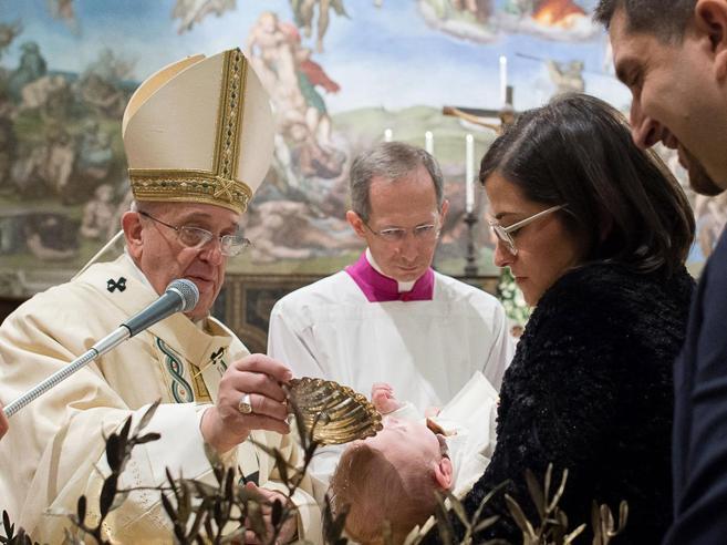Il Papa  battezza 28  neonati nella Cappella Sistina «La fede è luce»
