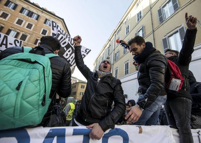Tassisti a Roma, la protesta in piazza Raggi:  «Sono con voi» Video|Foto|Tv