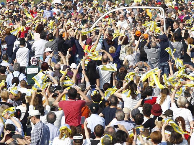 Folla per il Papa: «Abbracciamo i confini» Nelle periferie: «Lui è un santo»