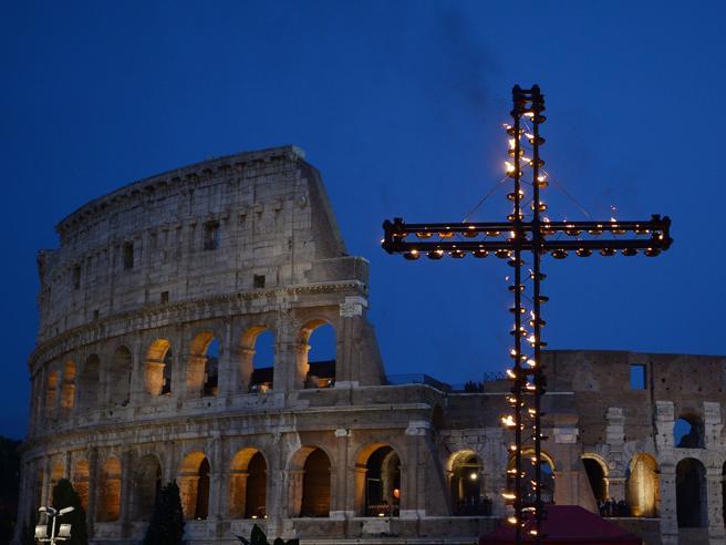 Via Crucis blindata, il Papa: «No alla violenza sui bambini» In 3mila per la sicurezza Foto