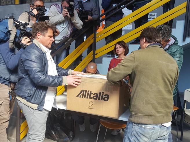 Referendum Alitalia, spoglio in corso Il no sfonda a Milano e avanza a Roma
