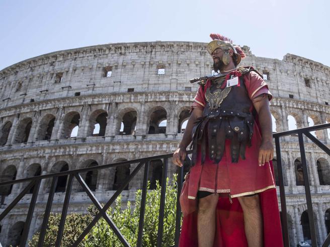 Roma, il ritorno dei centurioni al Colosseo. «Ora vogliamo essere regolarizzati»