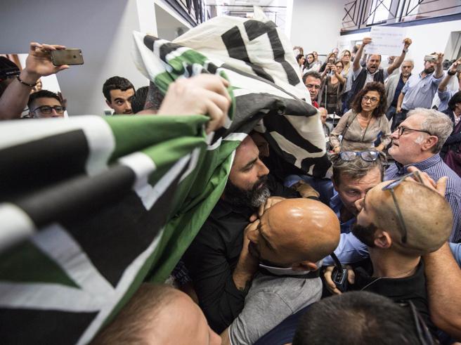 Roma, la sindaca Raggi contestata da Casapound: «Vergogna, dimettiti» Video