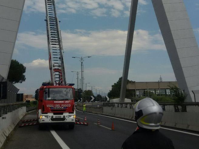 Cade intonaco dal ponte: chiusa l'autostrada per l'aeroporto di Fiumicino Foto