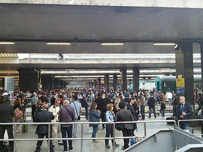 Guasto elettrico a Termini  Treni fermi,  stazione nel caos