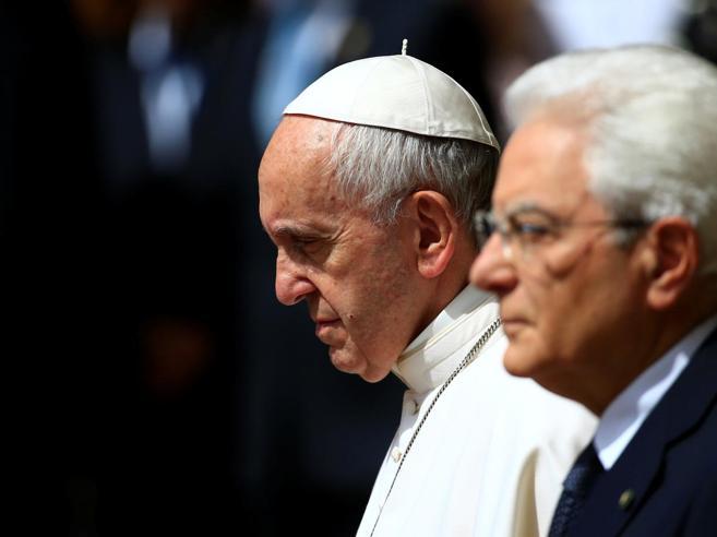 Il Papa al Quirinale: «Urgente cooperazione internazionale su migranti» Foto|Live tv