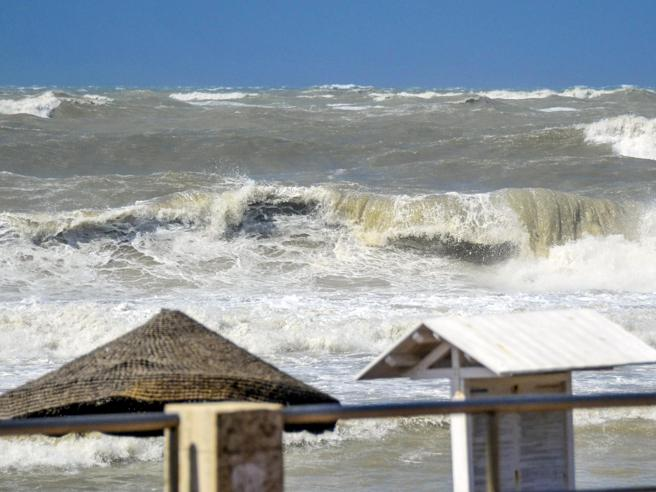 Ostia, tromba d'aria sui bagnanti: 12 feriti Rogo a  Capalbio, vip evacuatifoto|video