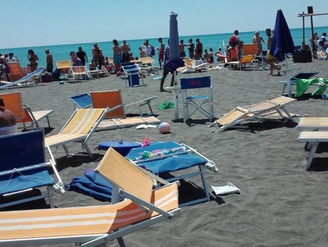 Ostia, tromba d'aria sulle spiagge: bagnanti travolti dai lettini, 12 feriti