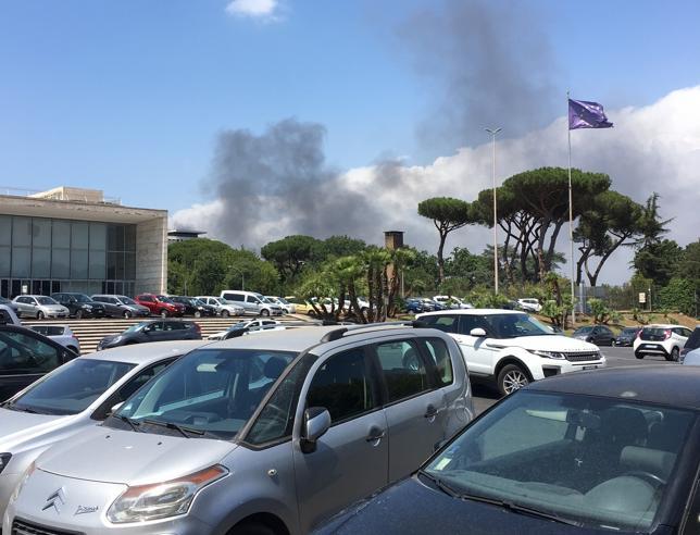 Roma, paura per fumi tossici    dopo un incendio in cui  è bruciato anche eternit Foto Rogo alla MaglianaVideo