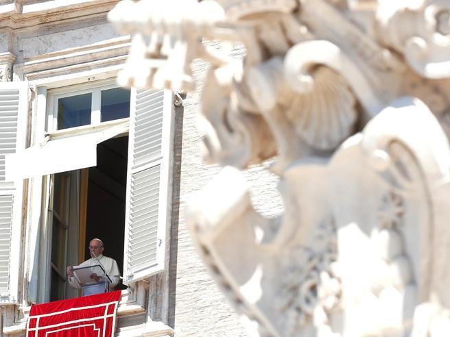 Papa Francesco e il monito  contro oroscopi e cartomanti: «Seguirli ci  manda a fondo»