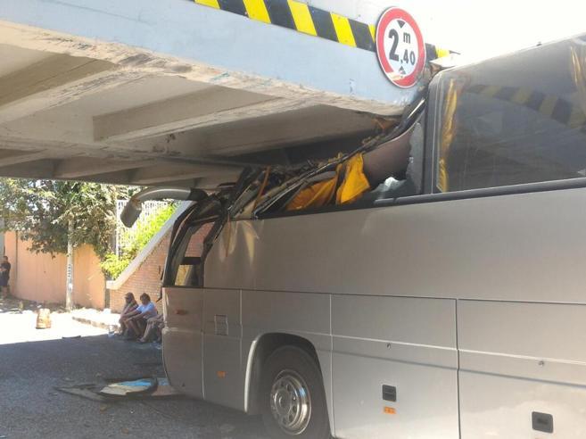 Roma, pullman turistico si incastra sotto un ponte: 18 feriti tra cui un bambino