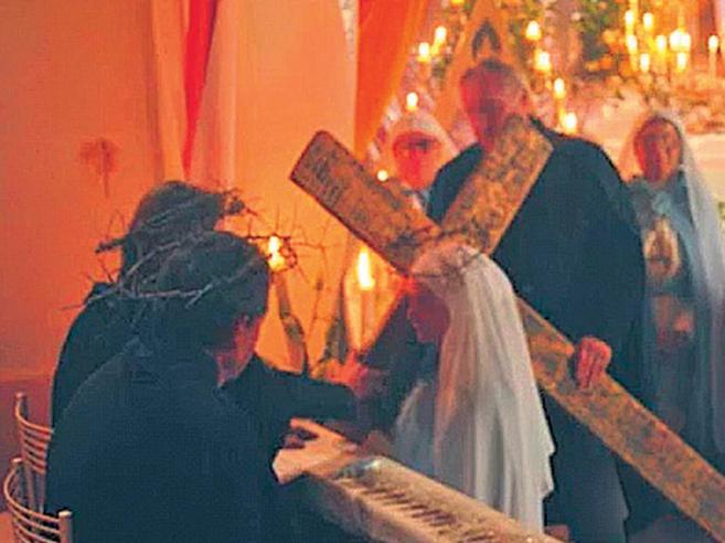 La setta del santone che offre l'olio dei miracoli VideoLe cerimonie | I precedenti