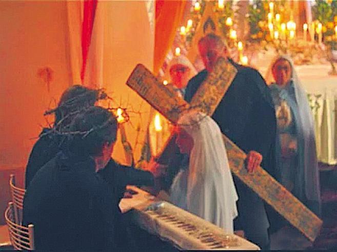 «Vi svelo i segreti della settadel santone a caccia di soldi»Strani riti e l'Iban su Fb|Foto