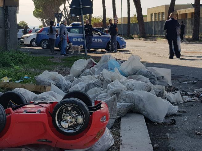 Roma, nomade  semina il panico col furgone: scontri coi residenti