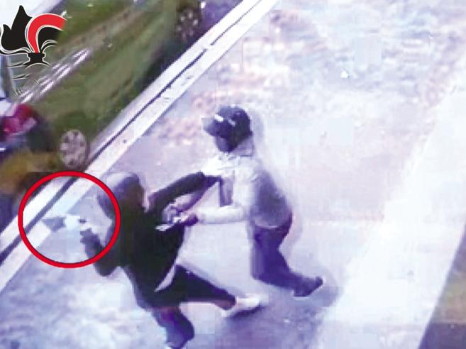 «Permesso di soggiorno al  migrante eroe di Centocelle»Ma lui è sparito   Guarda il video