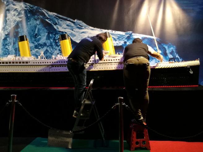 Fratellini-iceberg sul Titanic di LegoLa nave va in pezzi, ma papà non vuole pagare