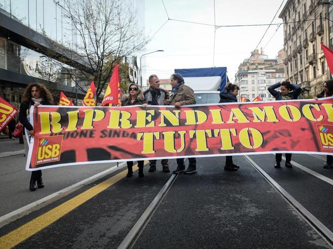 Viale Trastevere, tensione al corteo degli studenti e docenti al Miur
