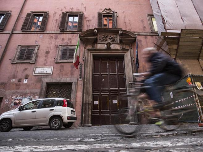Roma, ragazzi fanno sesso al liceo Virgilio Il video finisce sui social