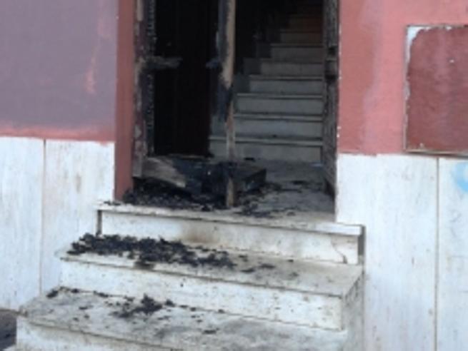 Ostia, bruciato portone sede Pd a poche ore da corteo  antimafia Video|Minacce alla troupe di La7