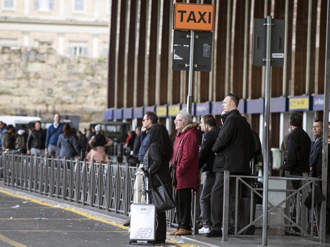Sciopero taxi,   disagi a RomaLa rabbia degli utenti in coda foto
