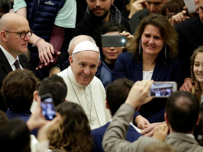 Il Papa: «Natale senza Dio per un falso rispetto dei non cristiani»