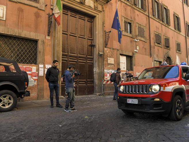 Liceo Virgilio, si stacca tegola dal tetto: ferita studentessa 17enne