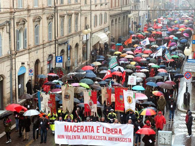 Macerata «libera e antirazzista» sfila sotto la pioggia dopo il raid di Traini e l'omicidio di Pamela