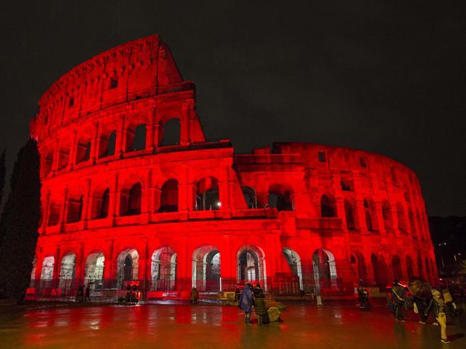 Roma, il Colosseo illuminato di rosso per i martiri cristiani