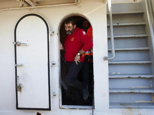 L'accusa alla Ong: «7 ore di trattativa ma i migranti a bordo non erano in pericolo»